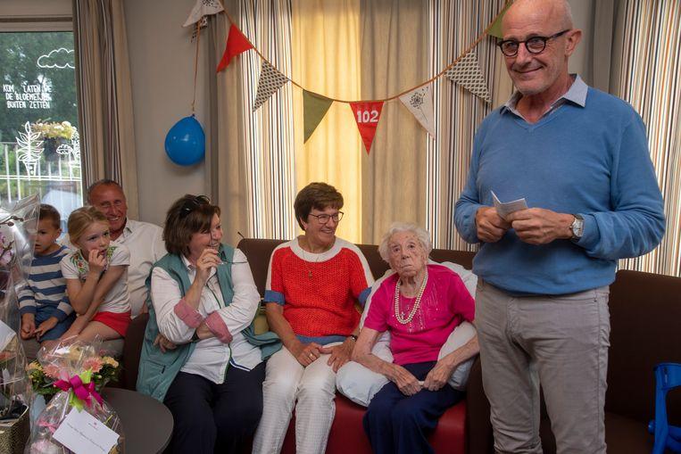 Maria De Coster wordt 102 jaar en wordt gefeliciteerd door schepen Frank De Vis in het WZC Kanunnik Triest in Melle.