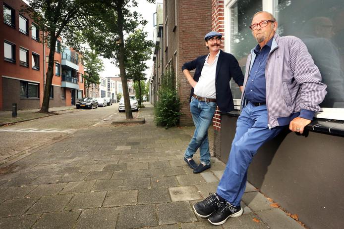 Ger Hol (links) en Kees Luijkx in de Damstraat, ooit hét uitgaanscentrum van Roosendaal, nu een rustige woonstraat.