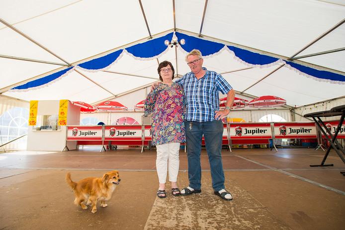 Bennie en Annie Jonker met hun hondje Gucci in de feesttent. Omdat ze 25 jaar met een tent op de kermis in Hoenderloo staan, trakteren ze het dorp vrijdag op Chinees.