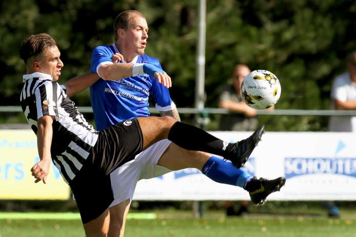 Achilles'29 ging eerder dit seizoen op bezoek in Ridderkerk bij Rijsoord. Jabrane Yagkoubi vecht hier een duel uit tijdens die wedstrijd. Zaterdag kwam Rijsoord op bezoek in Groesbeek bij Achilles'29: 0-2.