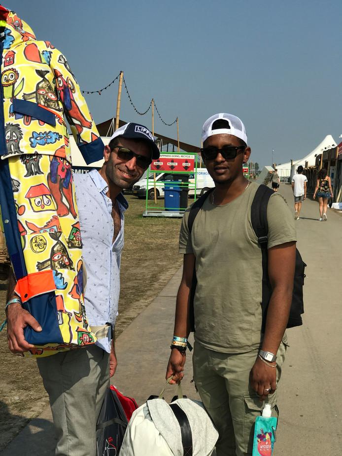 Medewerkers Shasho en Rezak van Stichting Sheltersuit op het terrein van Mysteryland