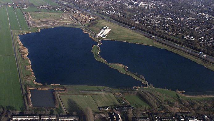 De Nedereindse Plas vanuit de lucht, met rechtsboven Nieuwegein en de witte kunstskibaan op de Nedereindseberg. Het linker deel van de plas is nu gesaneerd, voor het rechter.