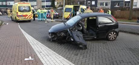 Man belandt onder eigen auto bij botsing tegen lantaarnpaal in Eindhoven