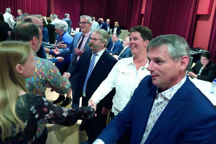 De nieuwe wethouders van de gemeente Roosendaal nemen vlak na hun benoeming in De Suite felicitaties in ontvangst.  Vlnr.: Klaar Koenraad, René van Ginderen, Cees Lok, Inge Raaymakers en Toine Theunis.