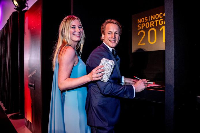 Epke Zonderland brengt met zijn vrouw Linda zijn stem uit. De turner is zelf in de race voor sportman van het jaar.