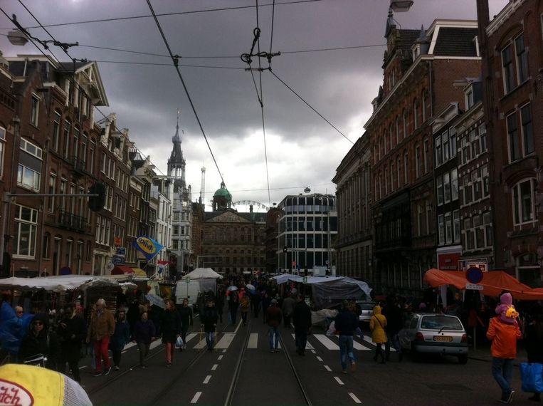 Een beetje regen en wat hagel maar de Raadhuisstraat loopt langzaam vol Beeld Christiaan Paauwe