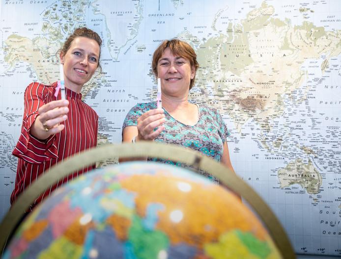 Verpleegkundige Karin Grotenbreg (links) en Petra Berghuis van de GGD IJsselland.