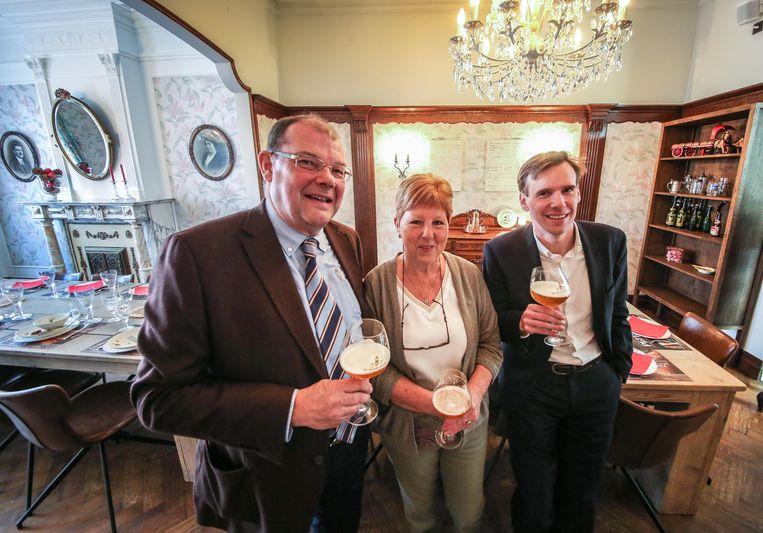 Ignace en Bert De Brabandere bij Jeanine, die kookt voor de groepen die de brouwerij willen bezoeken.