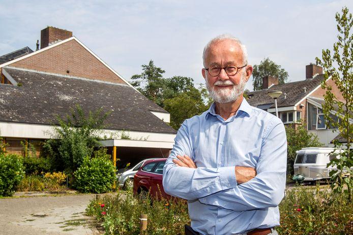 Deventenaar Leo Enthoven, met op de achtergrond het asbestdak van zijn woning.