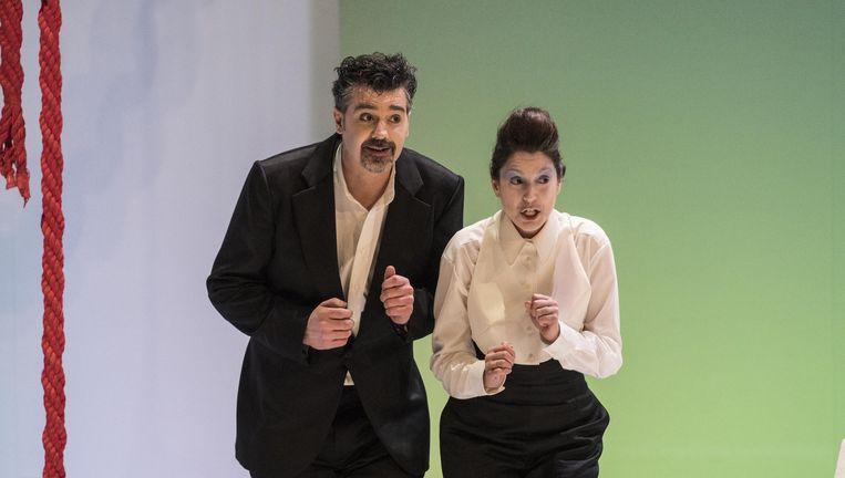 Robert Davies (Don Alfonso) en Nina Lejderman (Despina). Beeld marco borggreve