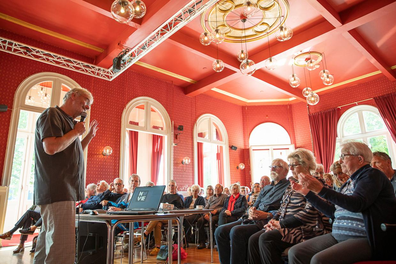 NVVE-lid Wiek Heldens spreekt de bezoekers toe. Beeld Harry Cock / de Volkskrant