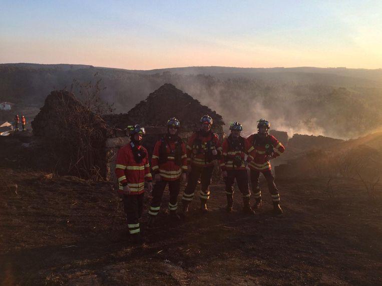 Aparte setting voor een groepsfoto met de vijf Belgische brandweermannen.