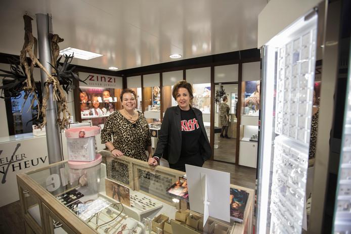 Marja (links) en Ilse van den Heuvel in hun winkel in Beek en Donk.