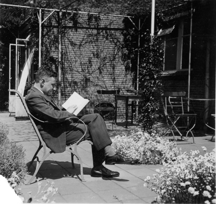 Jan de Quay lezend in de achtertuin van de Hiersenhof in Beers