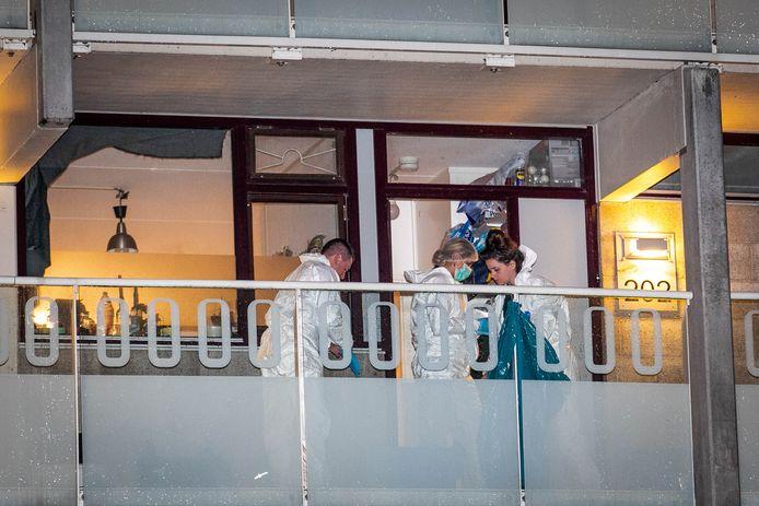 Rechercheurs doen onderzoek in de woning aan Daalwijk.