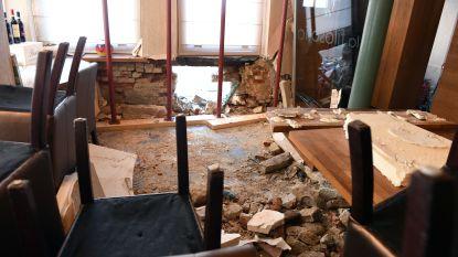 FOTOREPO: de schade in restaurant La Filosofia na de crash van de politiecombi