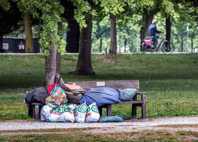 Daklozen overnachten rondom het Centraal Station in Den Haag.