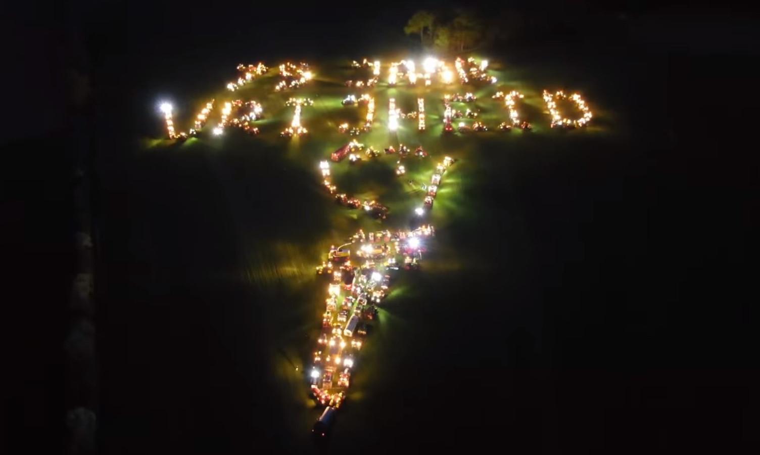Zo'n 250 agrariërs vormden eind april met hun trekkers het symbool van de vrijheid in het weiland van Thijs Wieggers in Mariënvelde.
