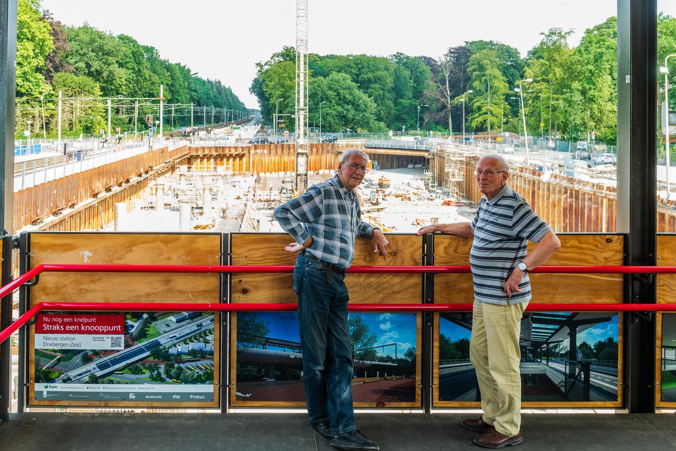 Wim Olsman (85) en Joost Krabendam (92) komen regelmatig poolshoogte nemen bij de bouwwerkzaamheden van Station Driebergen Zeist.