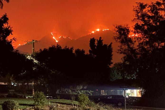 Een woonwijk in Sierra Madre, vlak bij de San Gabriel Mountains, waar al een week een enorme brand woedt. Het terrein is amper begaanbaar - wellicht raakt de brand pas tegen half oktober geblust.