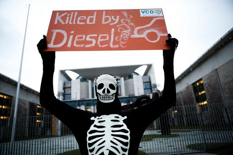 Zeventien Amerikaanse staten dagen het federale milieuagentschap EPA (Environmental Protection Agency) voor de rechter. Dat doen ze nadat het EPA begin april besliste om beperkingen op uitstootnormen en regels over brandstofefficiëntie van voertuigen in de VS ongedaan te maken. Het beeld komt van een protestactie van fietsers in Berlijn tegen dieselwagens.