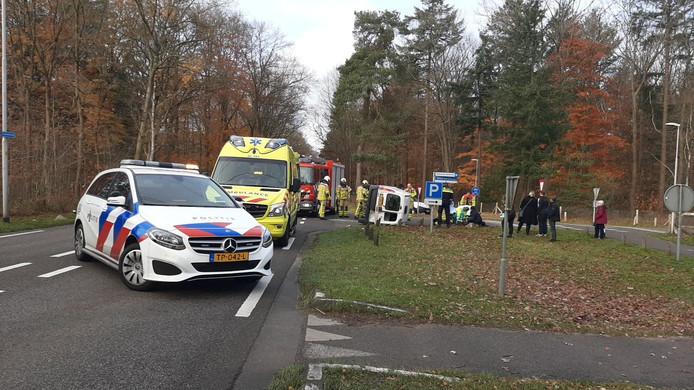 Hulpdiensten verlenen eerste hulp aan een vrouw na een aanrijding tussen een auto en een bestelbus.