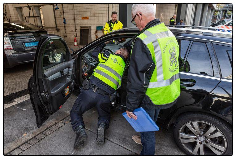 Malafide ondernemers hebben zich op de taximarkt van Schiphol en Amsterdam gestort. Er rijden inmiddels honderden illegale taxi's rond, zegt de Inspectie Leefomgeving en Transport (ILT).  Beeld Hollandse Hoogte / Marco Okhuizen