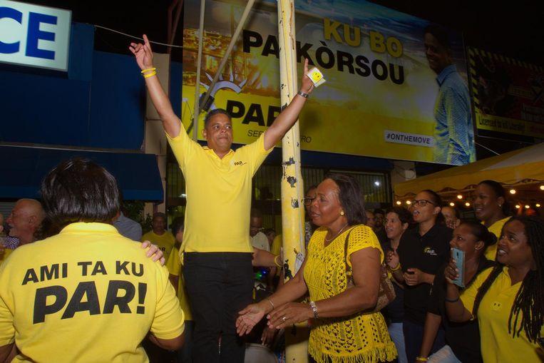 Eugene Rhuggenaath (M) viert de overwinning van de verkiezingen op Curaçao. Beeld anp