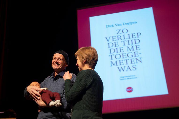 Het kippenvelmoment van de hulde: Dirk Van Duppen, met echtgenote Lieve, die zijn kleinkind Louis in de armen houdt.