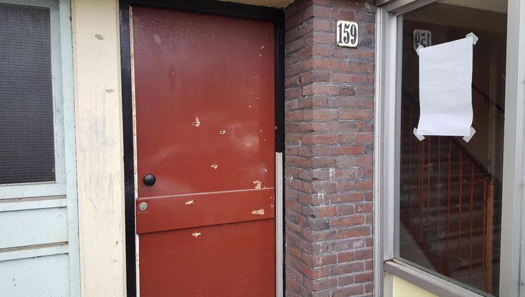 Kogelgaten in een deur in Slotervaart na de schietpartij waarbij crimineel Goran Tasic om het leven kwam. Beeld -
