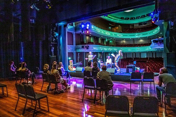 In theater Odeon in Zwolle waren weer voorstellingen. Het publiek zat met de artiesten op het podium.