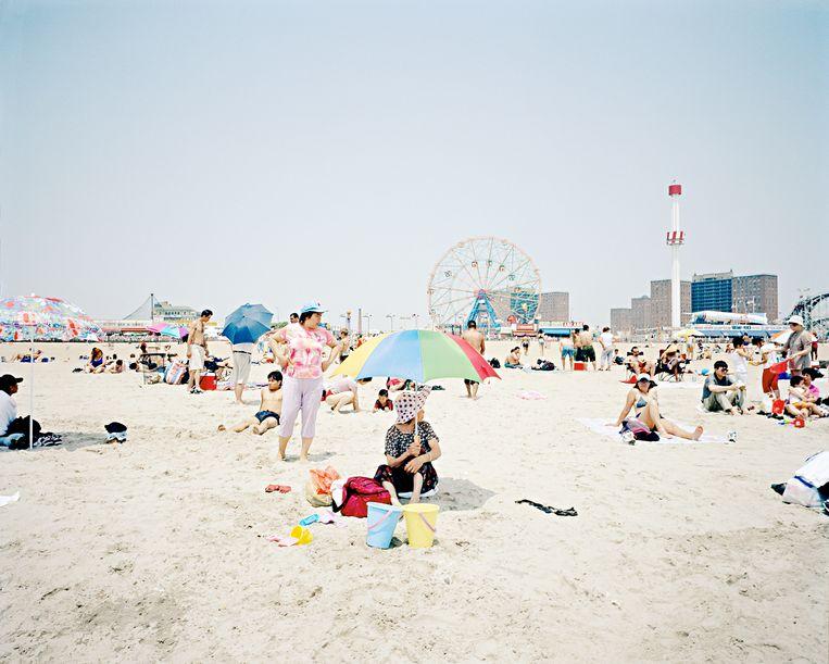 Coney Island beach, met het amusementspark op de achtergrond. Beeld Hollandse Hoogte / Luz Photo Agency / Alessandro Rizzi