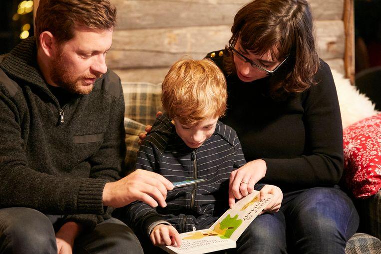 Otto (7) ziet hoe de avatar Star het boek 'Waar is Dribbel?' tot leven brengt.