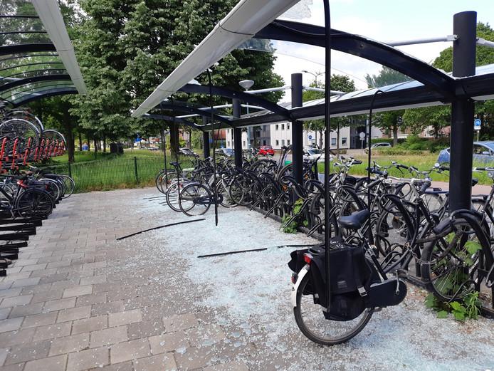 Het glazen dak van de fietsenstalling bij treinstation Soest Zuid is volledig aan diggelen geslagen.