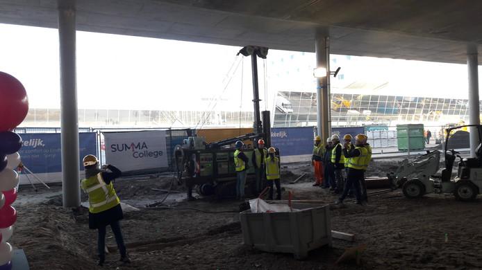 Summa College startte maandag met de bouw van het nieuwe onderkomen van de opleiding Luchtvaartdienstverlening onder de nieuwe parkeergarage van Eindhoven Airport.