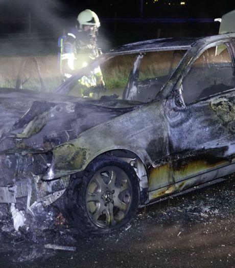 Auto gaat in vlammen op in Loozen