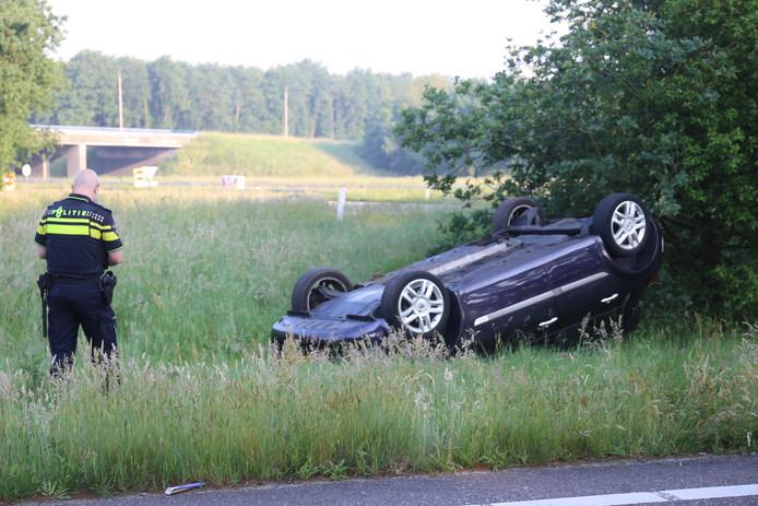 Auto belandt op zijn kop in de berm bij de A58.
