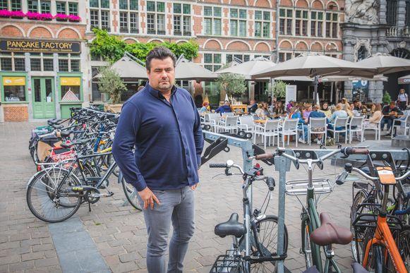Christophe Van Alboom bij de verguisde fietsrekken.