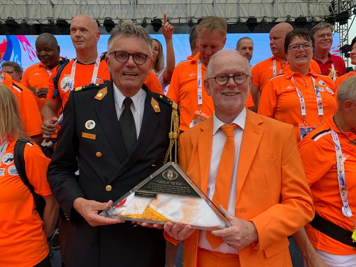 Arjen Littooij (l) met de vlag van de World Police & Fire Games.