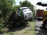 A12 tot 'diep in de middag' dicht nadat vrachtwagen door vangrail rijdt bij Zevenaar