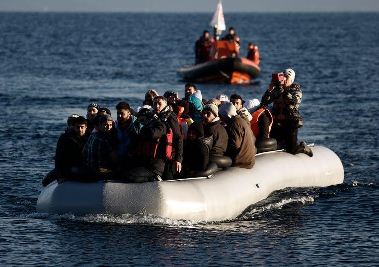 Vluchtelingen op de Egeïsche Zee tussen Turkije en Griekenland. Een Grieks-Turks voorstel werd gisteravond op het NAVO-hoofdkwartier in Brussel enthousiast onthaald door de ministers.