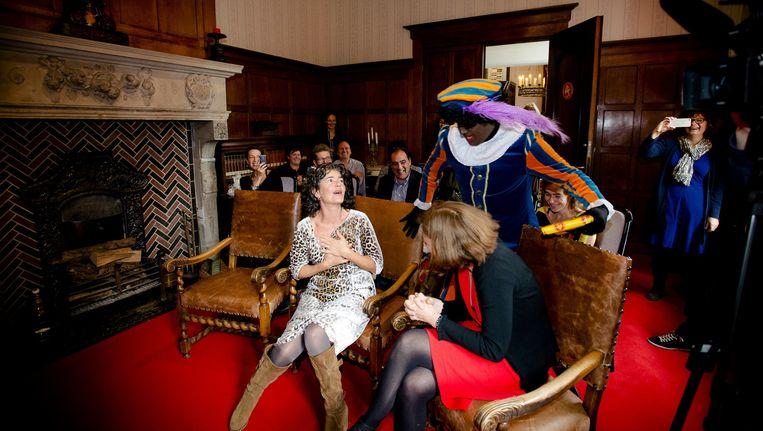 Dieuwertje Blok, presentator van Het Sinterklaasjournaal, wordt verrast door een Zwarte Piet. Beeld anp