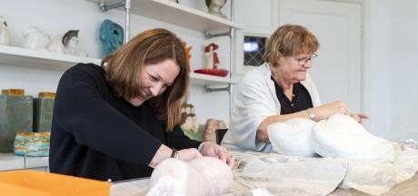 Moeder en dochter werken samen in keramiekatelier in Berkelland