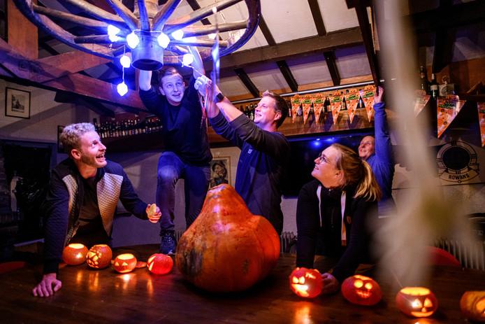 Jongeren van de scouting Titus Brandsma maken een haunted house in het kader van Halloween.