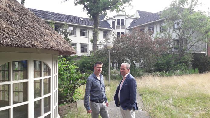 Rene Maas en zoon Kris van Maas-Jacobs aan de achterzijde van de Werve met links het prieel dat beschikbaar komt.