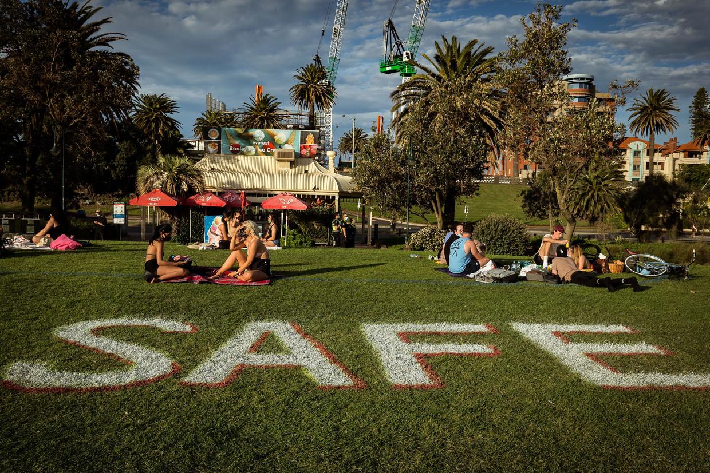 Op het St. Kilda-strand in Melbourne  gelden strenge regels voor social distancing.