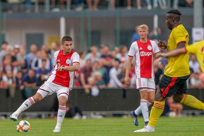 Ajax-middenvelder Razvan Marin in actie tegen Watford.