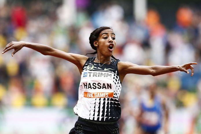 Sifan Hassan kijkt naar haar tijd op de klok na haar finish van de 1500 meter tijdens de 36e editie van de FBK Games in het Fanny Blankers-Koen Stadion.