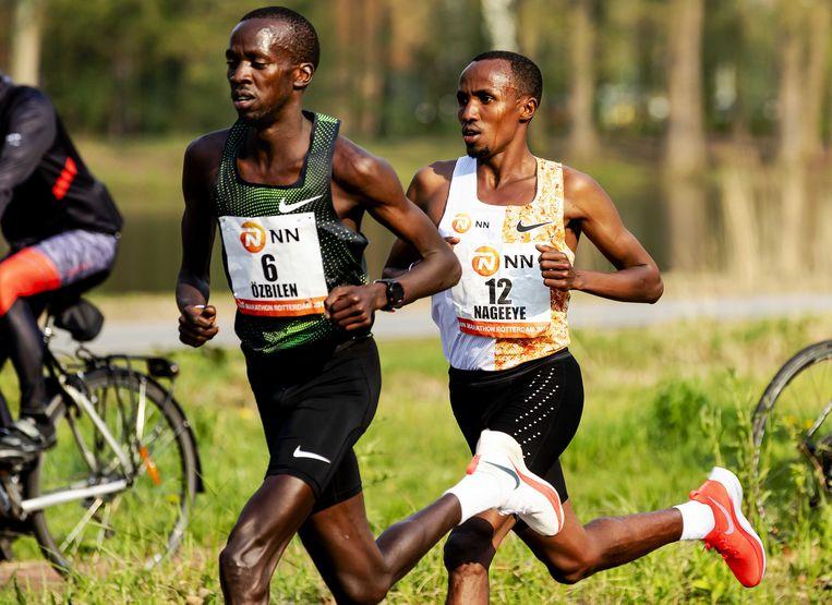 Abdi Nageeye (r) achter de Turks-Keniaanse Kaan Özbilen tijdens de marathon van Rotterdam. Özbilen werd tweede Beeld ANP