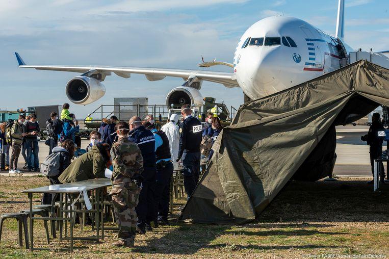 De vlucht met onder meer vijftien Nederlanders uit Wuhan is zondag geland in Marseille. Beeld Reuters